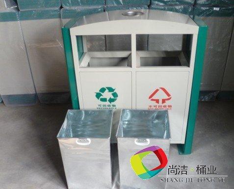 配镀锌板内桶桶身带拉手,方便环卫工人作业