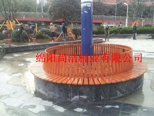 万达广场购买尚洁桶业的围树椅实景