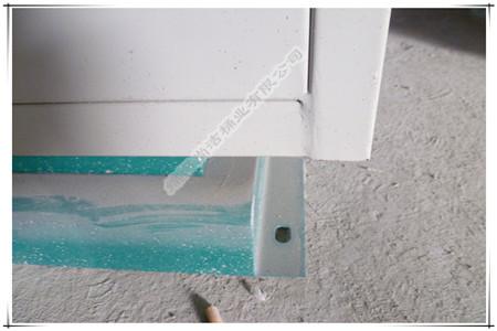 垃圾桶底座有四个圆孔,用于固定垃圾桶在水泥地上